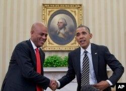 Tổng thống Haiti và tổng thống Mỹ Obama bắt tay tại phòng Bầu dục, Tòa Bạch Ốc, 6/2/2014