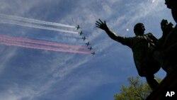 Máy bay của quân đội Nga trình diễn trên bầu trời ở Quảng trường Đỏ.