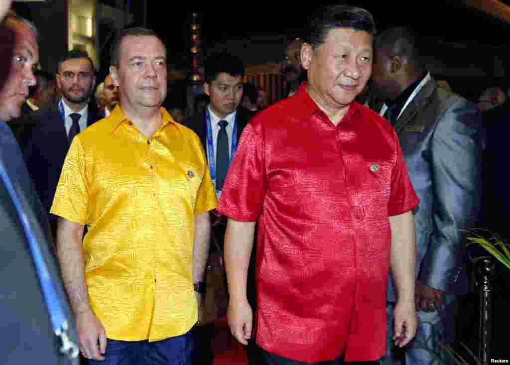 """中国国家主席习近平和俄罗斯总理梅德韦杰夫在巴布亚新几内亚前去参加APEC峰会领导人合影(2018年11月17日)。2018年11月23日在纪念刘少奇诞辰120周年座谈会上,习近平称赞刘少奇"""" 敢于担当……面对大是大非敢于亮剑,面对矛盾敢于迎难而上,面对危机敢于挺身而出""""。这让人想起在1960年代初期中国大饥荒之后刘少奇等人收拾残局的善后工作,当时刘少奇对毛泽东说:""""饿死这么多人,历史要写上你我的!人相食,要上书的!""""但正是这种做法和说法得罪了毛泽东,在国家经济好转后,被毛泽东发动文革而打倒。"""