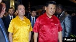 中国国家主席习近平身着巴布亚新几内亚红色民族服装前去参加APEC峰会领导人的集体合影。(2018年11月17日)