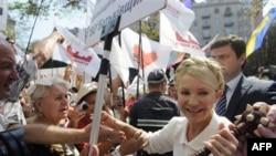 Bivša premijerka Ukrajine Julija Timošenko pozdravlja pristalice ispred Okružnog suda u Kijevu 18. jula 2011.
