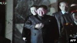 Ông Kim Jong Un, con trai của cố lãnh đạo Bắc Triều Tiên Kim Jong-il lau nước mắt khi ông tiếp những người đến thăm tại Cung Tưởng Niệm Kumsusan hôm 26/12/11