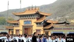 Para pelajar Tibet melakukan aksi protes di kota Rebkong, provinsi Qinghai.