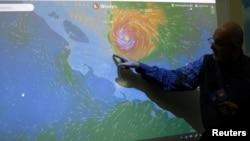 Yon ofisyèl nan Enstiti Nasyonal Meteyoloji kap montre sou yon ekran avansman yon siklòn nan Otto, San Jose, Costa Rica, 24 novanm 2016. (Foto REUTERS/ Juan Carlos Ulate)