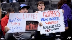 Seguidores de los Clippers piden cambio de dueño de la franquicia antes de un juego contra los Golden Warriors, en los playoffs de la NBA.