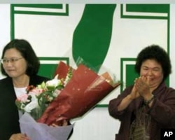 蔡英文(右)卸任后接受陈菊献花
