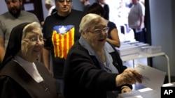 27일 치러지는 지역 선거에서 한 표를 행사하는 카탈로니아 지역 유권자들