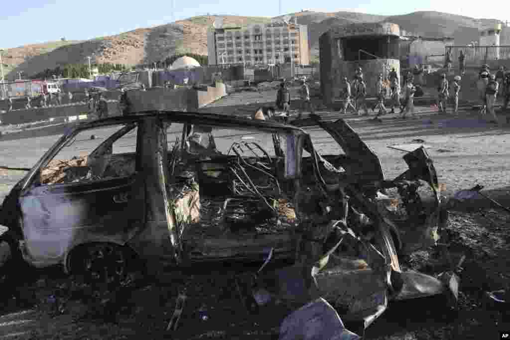 Des enquêteurs afghans sur les lieux de l'attentat