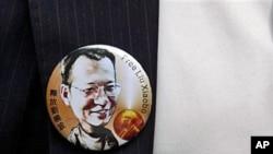 一名香港民主派立法會議員佩戴的劉曉波胸章