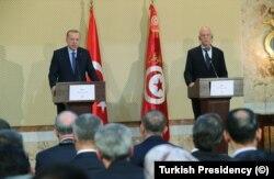 Cumhurbaşkanı Recep Tayyip Erdoğan Tunus'a sürpriz bir ziyaret gerçekleştirerek Tunus Cumhurbaşkanı Kays Said'le görüştü.