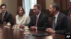 Le président Obama écoutant le président de la Chambre, le républicain John Boehner, lors d'une réunion à la Maison-Blanche