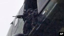 Lực lượng vũ trang trên máy bay trực thăng quân sự ở thị trấn Dammartin-en-Goële, đông bắc Paris, ngày 9/1/2015.