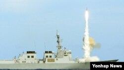 지난 2012년 6월 하와이 인근 해역에서 이지스함 전력 평가에서 한국 해군 율곡이이함이 SM-2 대공미사일을 발사하고 있다. (자료사진)