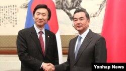 지난달 24일 한중 외교장관 회담 위해 중국을 방문한 윤병세 한국 외교부 장관(왼쪽)이 왕이 중국 외교부장과 앞서 악수를 나누고 있다. (자료사진)