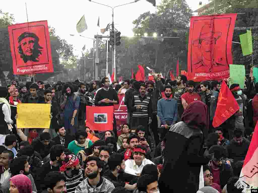 پاکستان کے دارالحکومت اسلام آباد، لاہور اور کراچی سمیت ملک کے مختلف شہروں میں طلبہ یونین کی بحالی کے لیے طلبہ نے جمعے کو 'یکجہتی مارچ' کیا۔