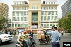 Heavy security in front of the Phnom Penh Municipal Court on January 16, 2020.(Malis Tum/VOA Khmer)