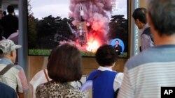 2019年9月10日人们在韩国首尔火车站观看新闻节目中朝鲜导弹发射飞行物的图像。