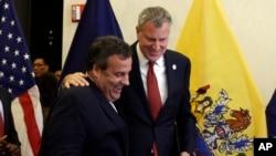 Suriyeli mülteciler, New York Belediye Başkanı Bill de Blasio (sağda) ile New Jersey Valisi Chris Christie'nin arasına girdi.
