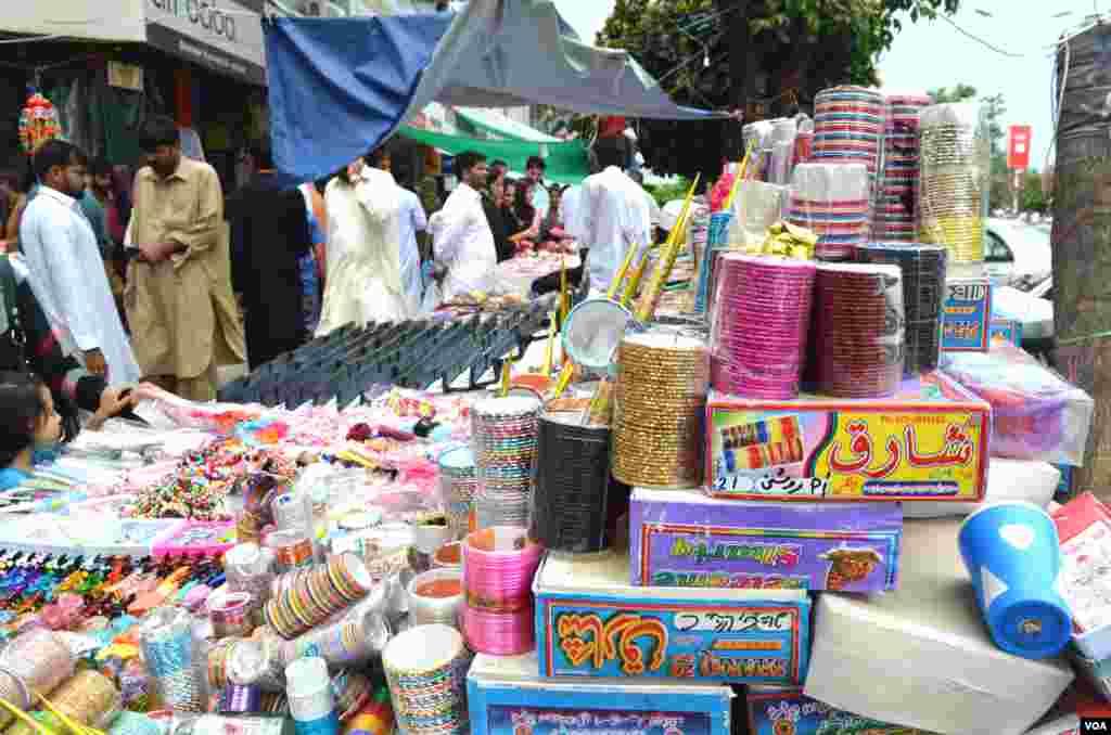 بازاروں میں چوڑیوں کے سٹالز اور دکانوں پر خواتین کا کافی رش دیکھنے میں آ رہا ہے۔