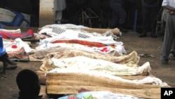 Les cadavres des victimes sont recouverts et alignés pour identification (Bujumbura, 19 septembre 2011)