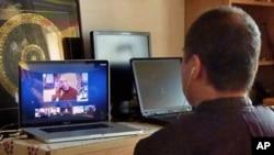 王力雄在家中与达赖喇嘛视频