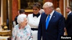 صدر ټرمپ، د هغه مېرمن ملانیا ټرمپ او د برطانيي ملکه الزبت