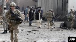 Binh sĩ Mỹ và cảnh sát Afghanistan canh gát địa điểm nơi xảy ra vụ tấn công bằng xe cài bom trong tỉnh Kandahar hôm 20/2/12