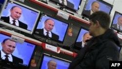 Выборы в России: «зомбоящик» против Интернета