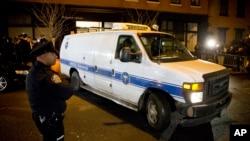 Petugas medis membawa jenazah Philip Seymour Hoffman yang ditemukan meninggal di apartemennya di New York, Minggu (2/2).