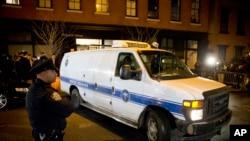 La policía en las afueras del apartamento de Philip Seymour Hoffman, en Greenwich Village.