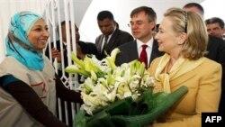 Američka državna sekretarka Hilari Klinton primila je buket cveća prilikom posete Crvenom polumesecu, 17 mart 2011.