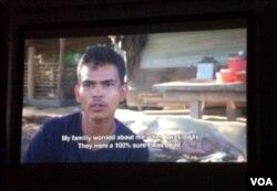 ខ្សែភាពយន្តឯកសារ«តើជើងមេឃនៅឯណា?»បង្ហាញពីរឿងរ៉ាងវរបស់បុរសខ្មែរម្នាក់ ដែលត្រូវបានជួញដូរឲ្យធ្វើជាកម្មករនេសាទលើទូកនេសាទនៅប្រទេសថៃ។ (រូបថត៖ ផន បុប្ផា/VOA Khmer)