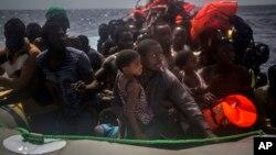 Para migran menunggu diselamatkan oleh pekerja kemanusiaan dari LSM Spanyol Proactiva Open Arms di Laut Tengah, sekitar 15 mil arah utara Sabratha, Libya, 25 Juli , 2017.