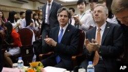 Deputi Menteri Luar Negeri AS Antony Blinken (tengah) dalam kunjungan ke Hanoi, Vietnam (21/4). (AP/Tran Van Minh)