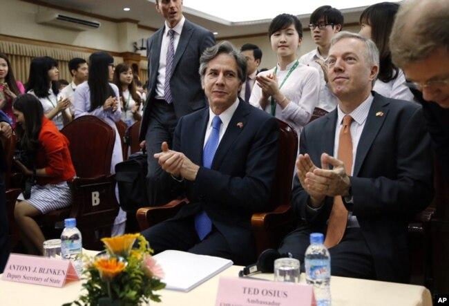 2016年4月21日,美國副國務卿安東尼·布林肯(中)在越南河內的越南國立大學訪問期間與美國駐越南大使特德·奧西烏斯(右二)進行交流。