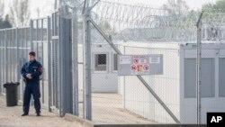 Polisi perbatasan Hongaria siaga di dekat perbatasan Serbia di Tompa, Hongaria (6/4).