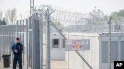 匈牙利南部边界的难民拘留营