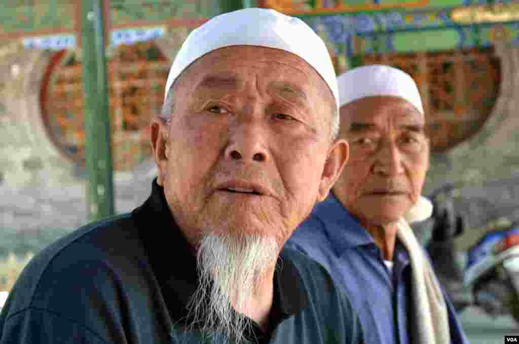 Cụ Na, 74 tuổi, còn nhớ vào thời kỳ Cách Mạng Văn Hóa, đền Hồ Nạp Giáp tưởng đã bị giật sập, nhưng bô lão địa phương đã chống lại nên bấy giờ, đền đã biến thành xưởng l&agra