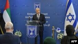 Menlu Israel Yair Lapid menyampaikan pidato saat peresmian Kedutaan Besar Israel di Abu Dhabi, UEA, 29 Juni 2021. (Foto: Shlomi AMSALEM / GPO / AFP)