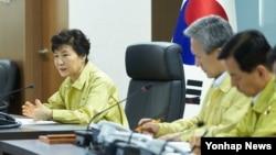 박근혜 한국 대통령(왼쪽)이 20일 북한 서부전선 포격 도발과 관련해 청와대 위기관리상황실에서 긴급 국가안전보장회의(NSC)를 직접 주재하고 있다.