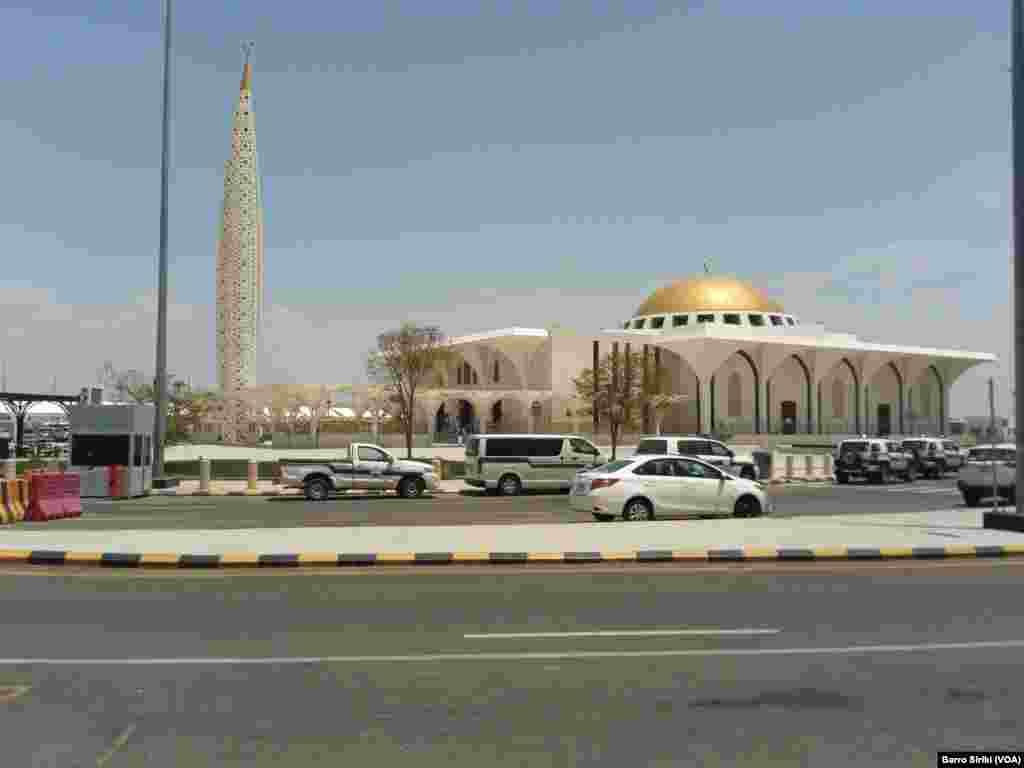 Mosquée à l'aéroport international Médine, le 6 août 2017. (VOA/Barro Siriki)
