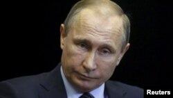 Presiden Rusia Vladimir Putin mengatakan jatuhnya pesawat tempur Rusia merupakan tikaman dari belakang oleh para pendukung teroris (24/11).