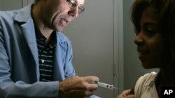 Una paciente recibe la vacuna HPV contra el cáncer cervicouterino.