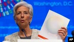 La directrice du Fonds monétaire international, Christine Lagarde, à une conférence de presse lors des réunions de printemps de la Banque mondiale/FMI, le 14 avril 2016, au siège du FMI à Washington. (AP Photo / Jose Luis Magana)