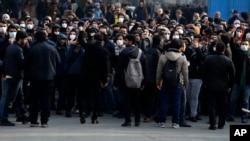 Para demonstran anti-pemerintah mengikuti demo memprotes kelambanan pemerintah mengakui penembakan tak sengaja pesawat Ukraina pekan lalu, di kampus Universitas Teheran, di Teheran, Iran, Selasa, 14 Januari 2020.