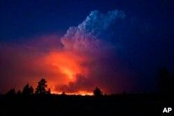 Vatreni oblak nastao iznad požara, na fotografiji pripadnika kancelarije šerifa, u Oregonu, 16. jula 2021.