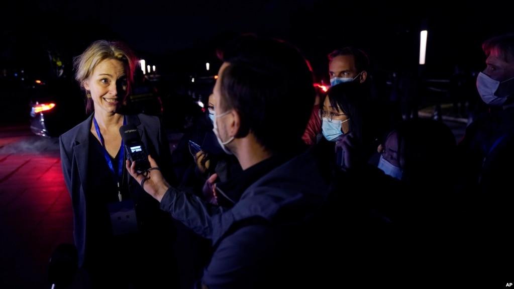 世卫专家组成员、丹麦流行病学家西娅·科尔森·菲舍尔(Thea Kølsen Fischer)2021年2月9号在武汉接受记者采访。(美联社照片)
