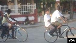 Táxi-bicileta em Quelimane (VOA / Faizal Ibramugi)