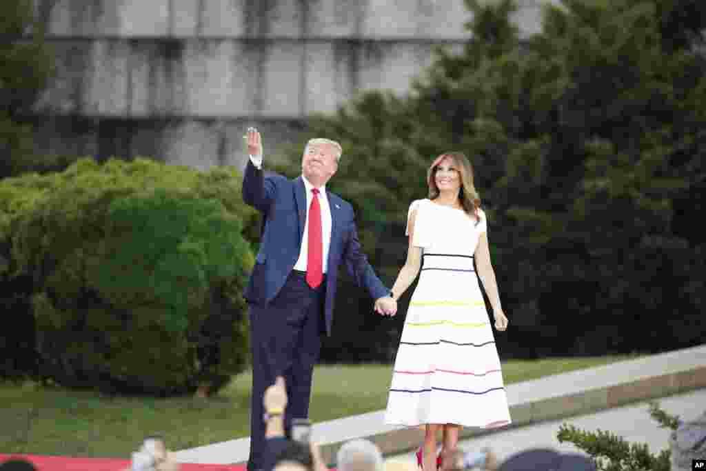 Presiden AS Donald Trump dan Ibu Negara Melania Trump tiba untuk perayaan Hari Kemerdekaan di depan monumen Lincoln Memorial, Kamis, 4 Juli 2019. (Foto: AP)