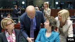 Para Menlu dan pejabat Uni Eropa sepakat memberlakukan sanksi baru bagi Iran, dalam pertemuan di Brussels (23/5).